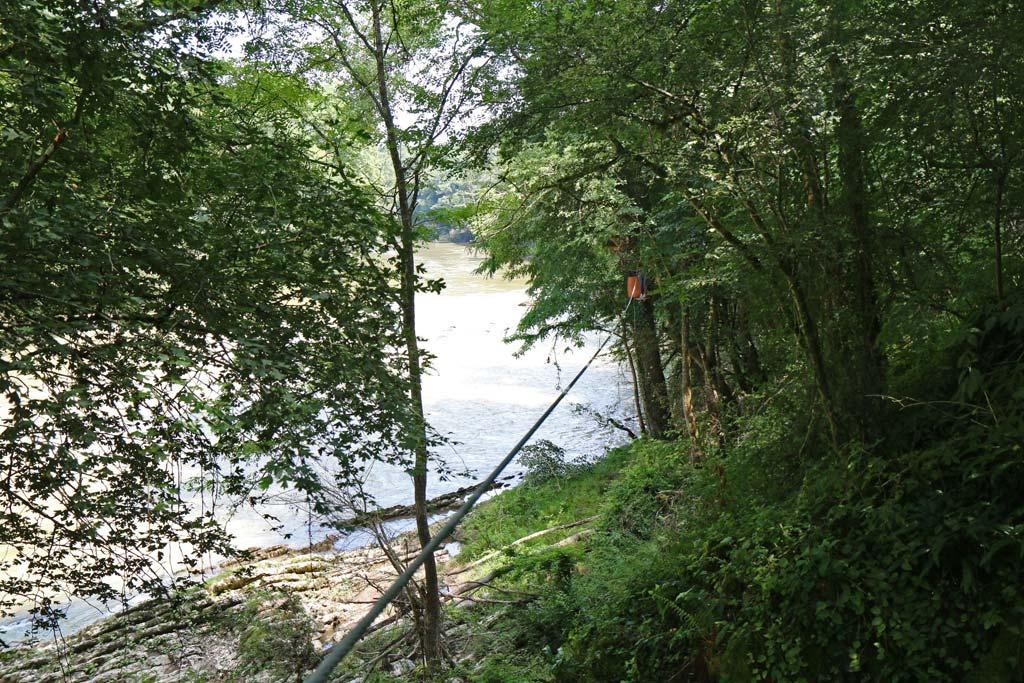 Tyrolienne voisine de la rivière