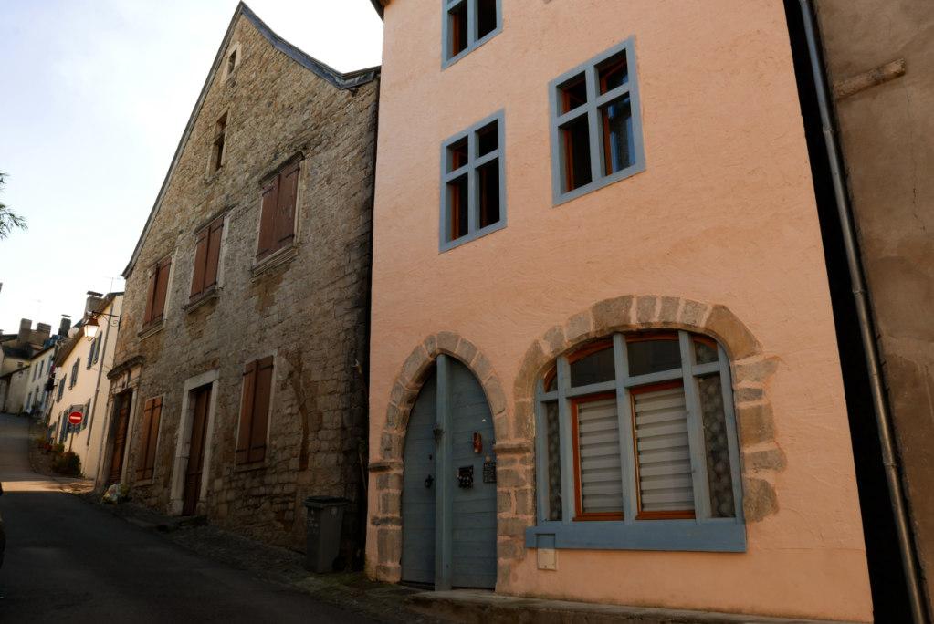 Un échantillon des belles maisons colorées de Oloron-Sainte-Marie